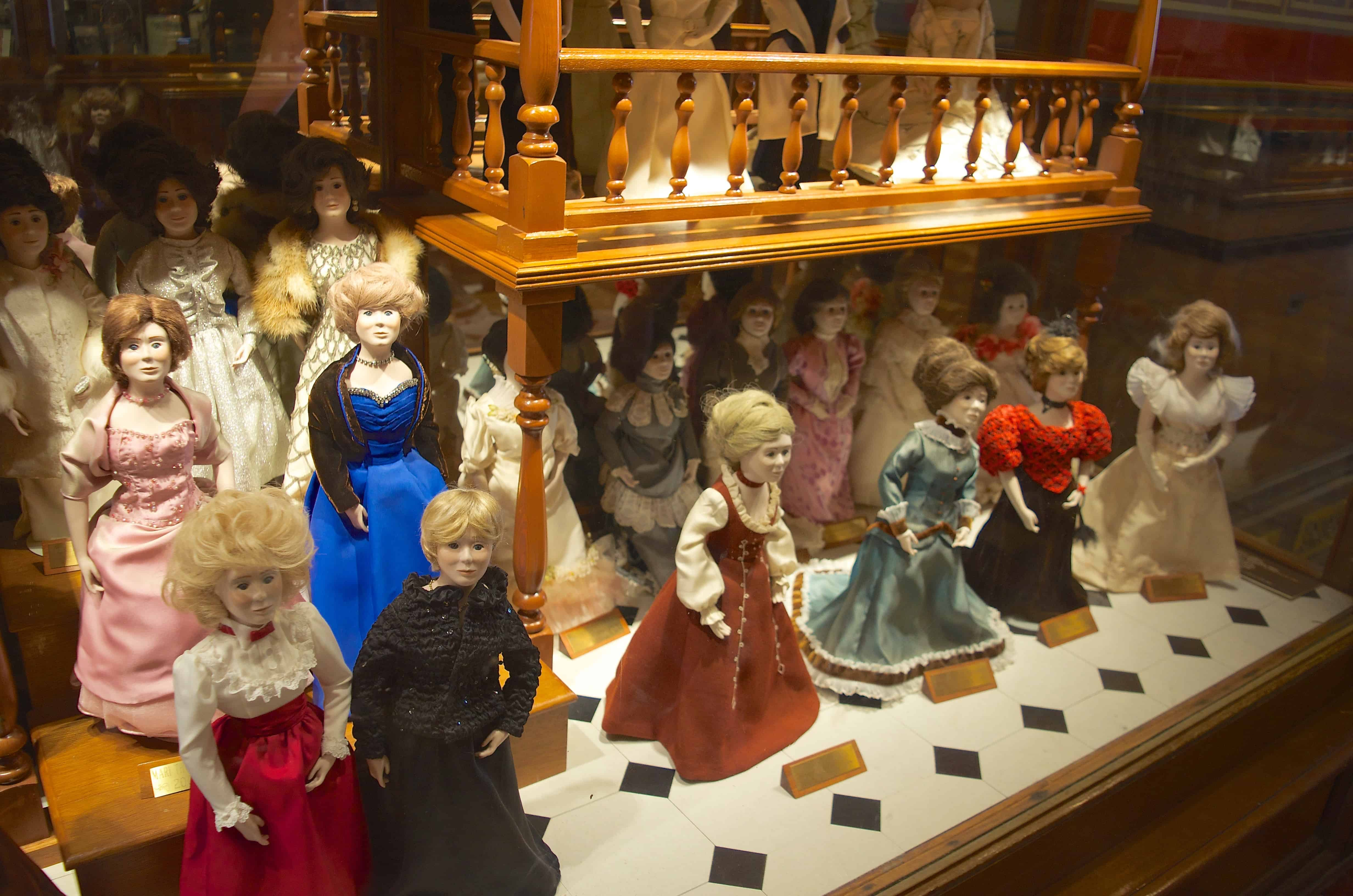 Governor Wife Dolls in Des Moines Iowa State Capitol Square Building