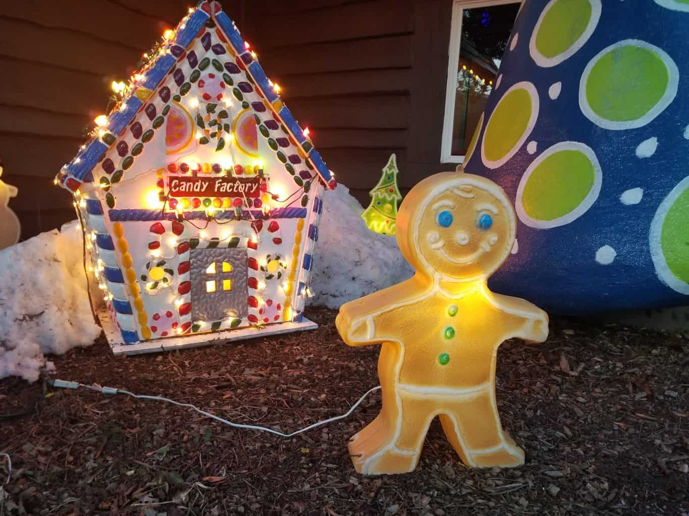 Gingerbread man and house holiday lights