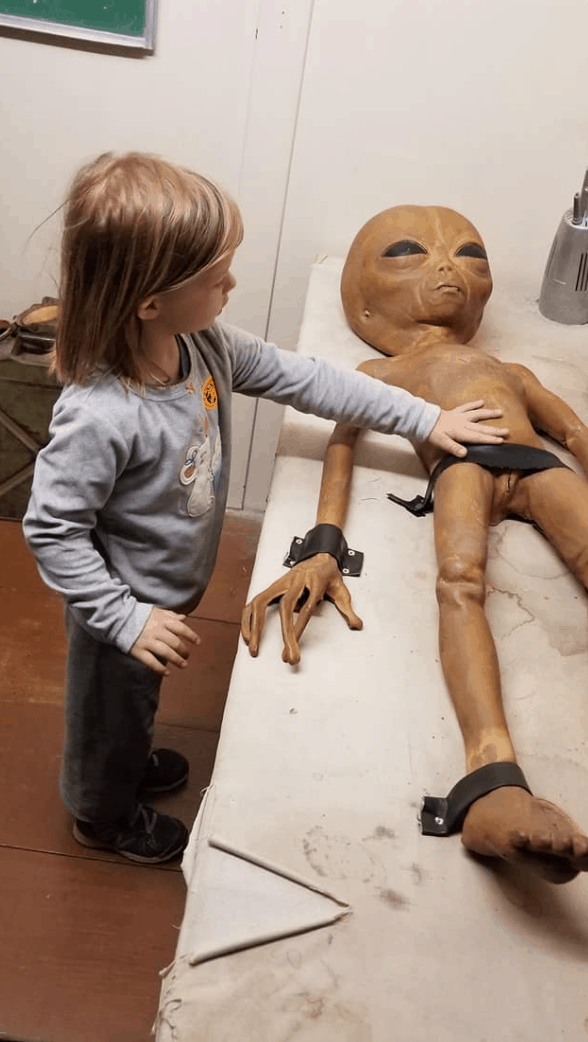 girl with alien in Roswell
